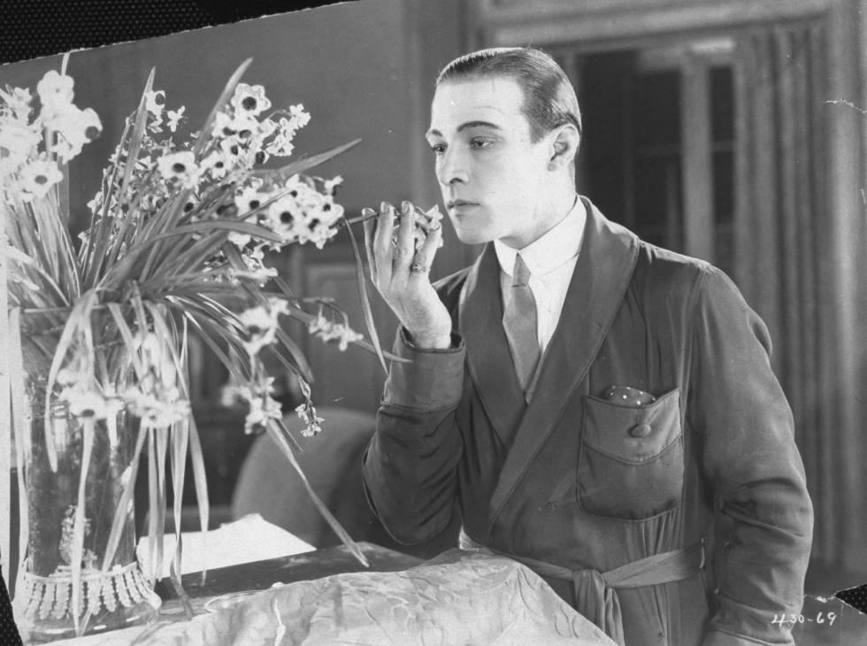 Rudolf Valentino oliendo flores en 1920.