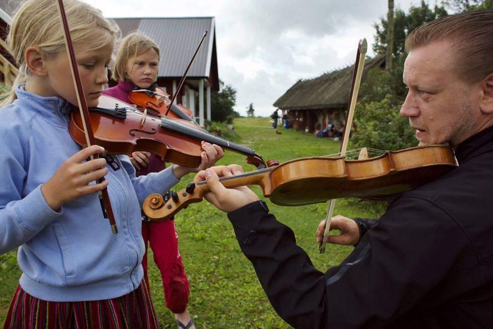 Un profesor de música con sus alumnos.