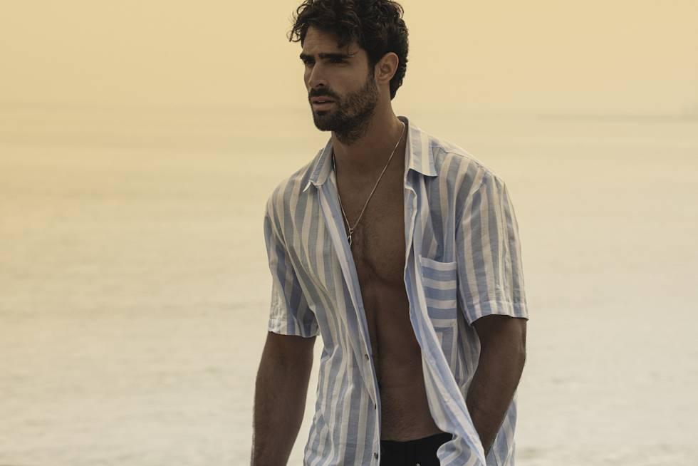 El modelo Juan Betancourt, uno de los hombres más requeridos por la industria de la moda, posa con una de sus creaciones para la firma Nakaru.