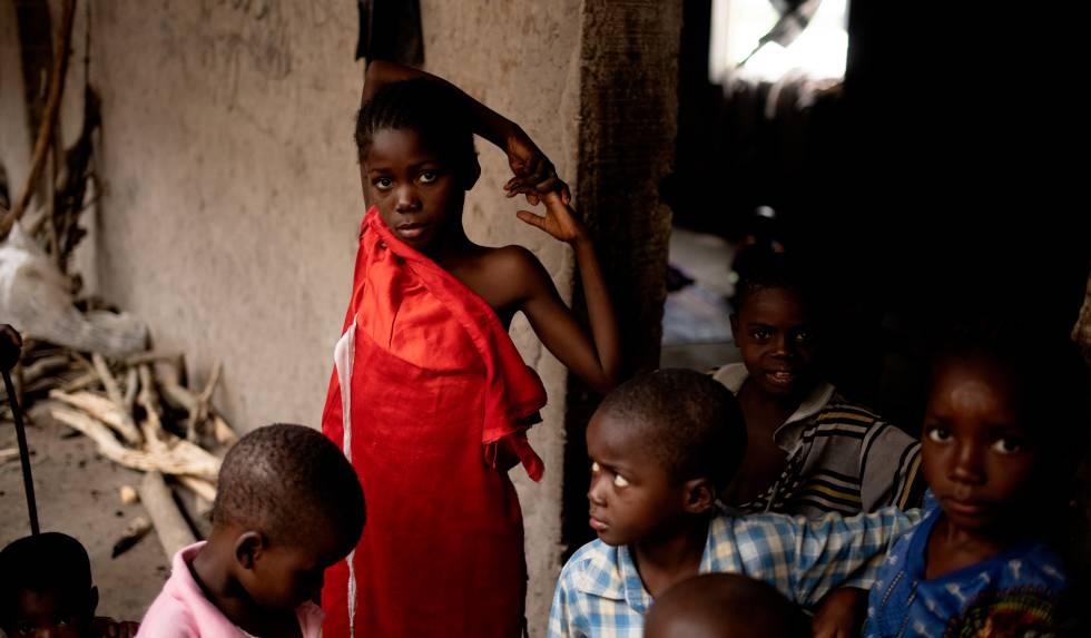 Una niña de 10 años vive con otros menores en un edificio abandonado en el campo de Abagana (este de Nigeria), que es usado como refugio por quienes huyen dela violencia.
