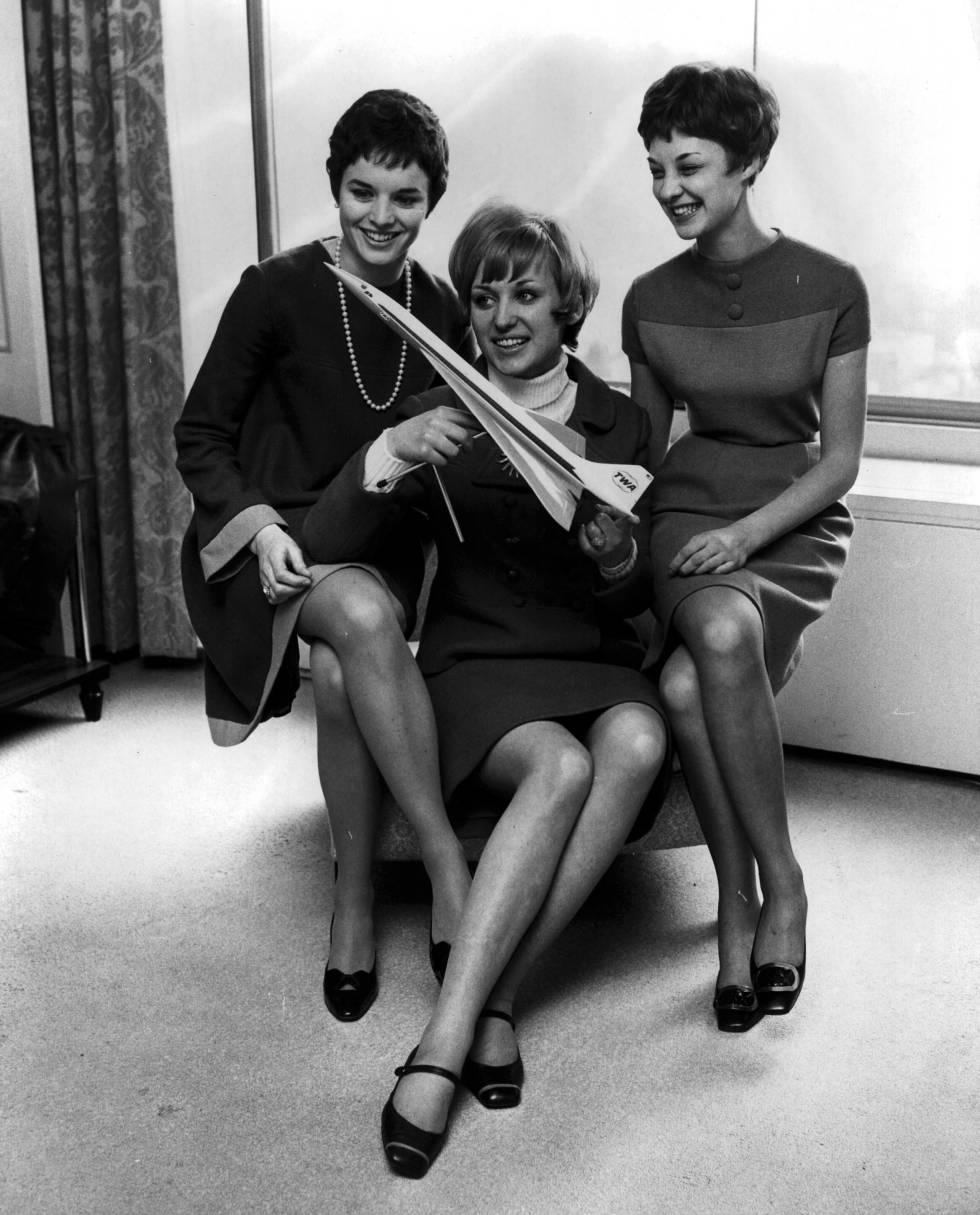 Tres azafatas británicas posan con una maqueta del Concorde en Londres en 1967, años antes de que el proyecto se hiciese realidad.