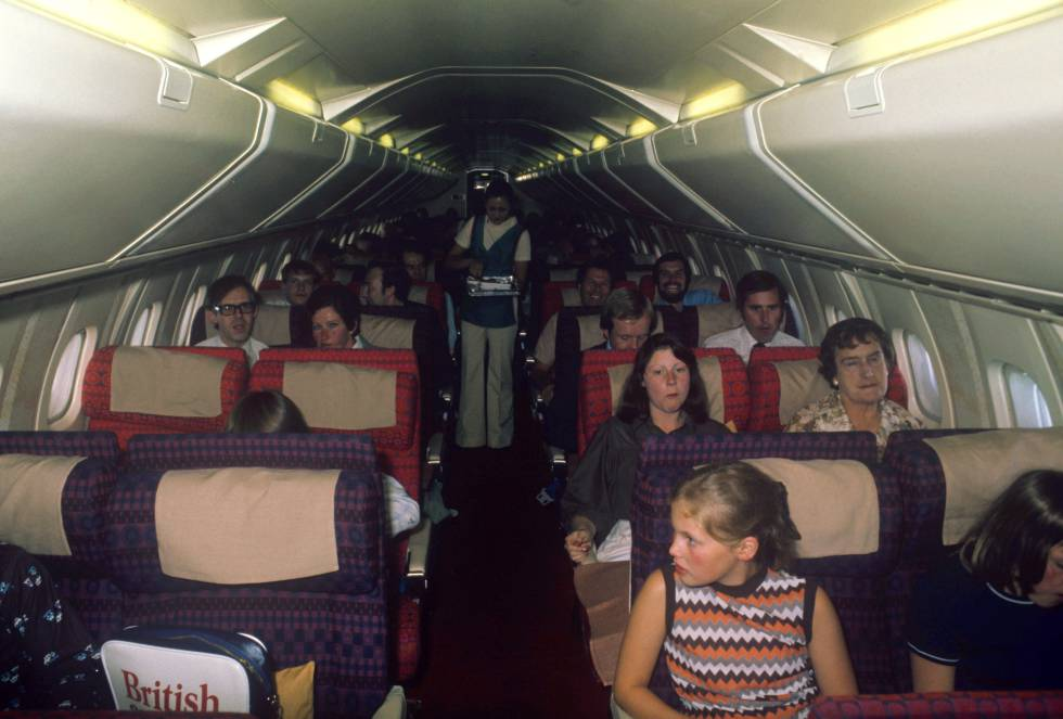 El interior del Concorde, como muestra esta imagen de uno de sus primeros vuelos comerciales, era todo lo contrario a lo que uno puede esperar de un avión de lujo.