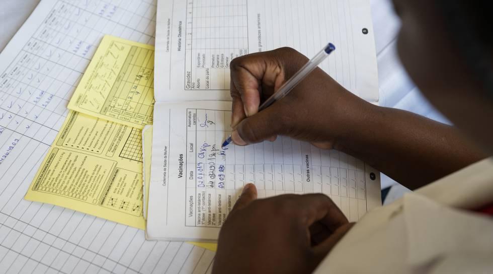 Toda la información sobre vacunación en el país, está registrada en libros de papel. Aunque se hace un seguimiento telefónico en caso de no acudir a por las dosis correspondientes, todavía un 5% de los niños quedan sin vacunar, según datos del Ministerio de Salud.