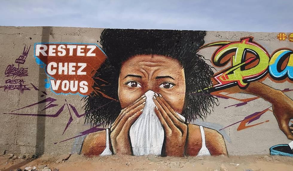 """""""Quedaos en casa"""" pide uno de los grafitis del colectivo senegalés Undu Graff, que ha pintado diferentes murales de arte urbano estos días en los suburbios de Dakar a fin de concienciar a la población de las medidas de prevención ante la covid-19."""