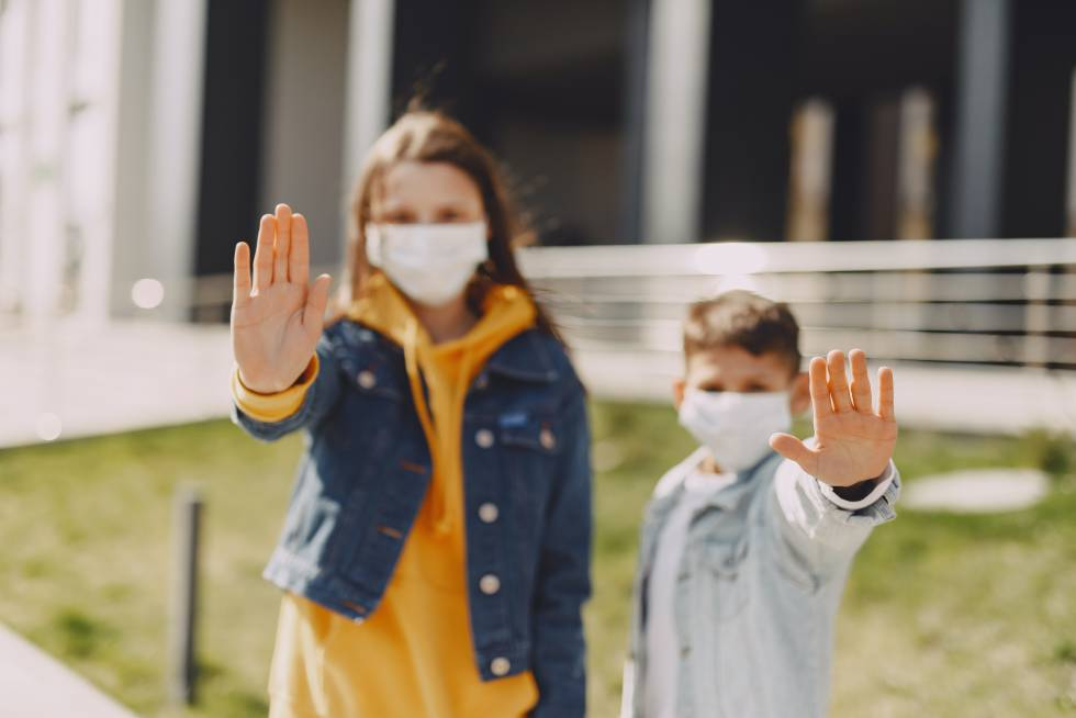 Dos niños enseñan sus manos limpias.