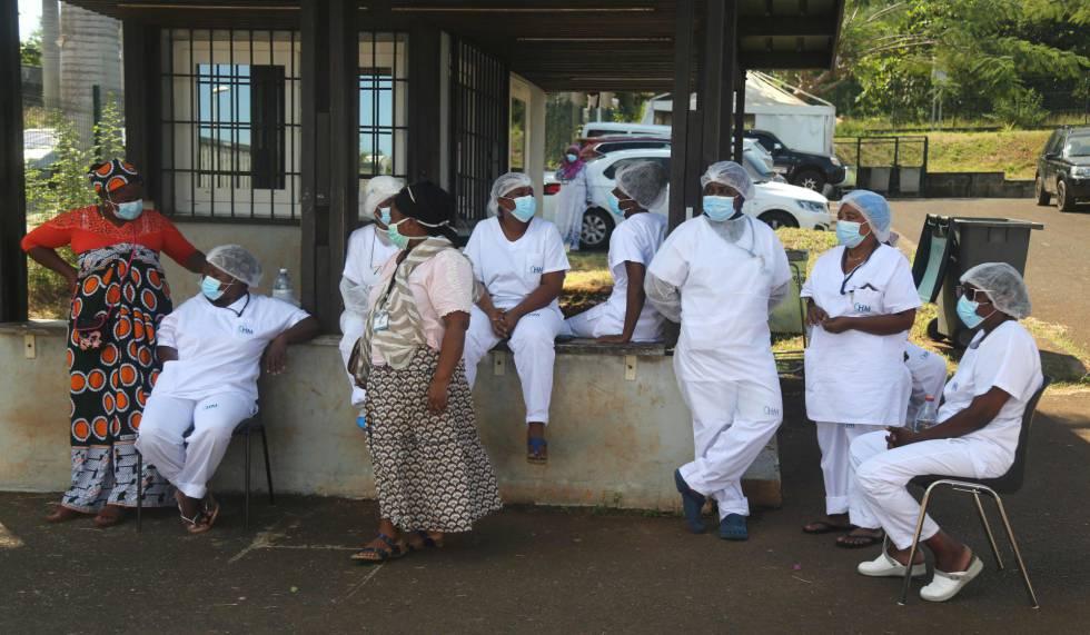 Un grupo de sanitarios protesta con un paro en su jornada laboral contra la inseguridad provocada por la delincuencia en el centro de salud de Kahani, en Mayotte, el 2 de junio de 2020.