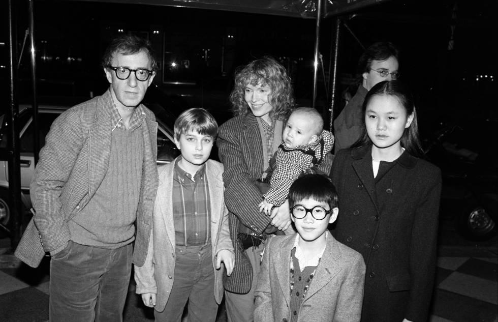 Woody Allen y Mia Farrow con sus hijos Misha, Dylan (en los brazos de Mia), Fletcher y Soon Yi en Nueva york en 1986.