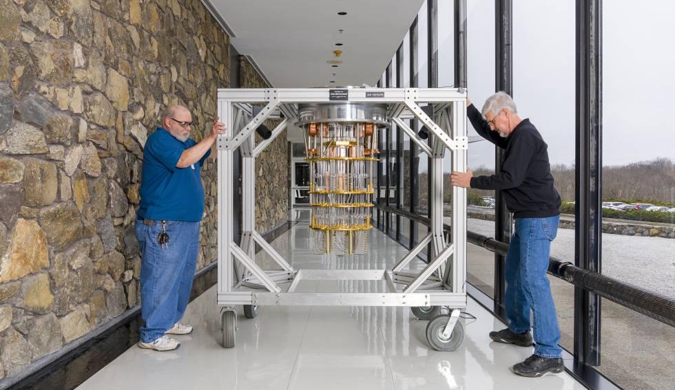 Dos trabajadores del centro de investigación de IBM en Yorktown Heights mueven el IBM System Q, desprovisto de su carcasa.