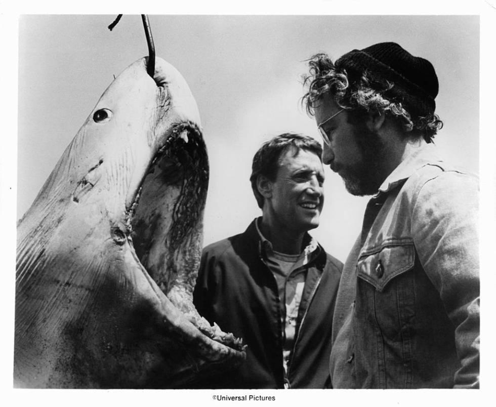 Roy Scheider y Richard Dreyfuss junto a un tiburón.