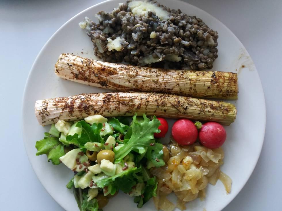 Bodegón de mi creación compuesto de ensalada solo verde, cebolla confitada, puerros al horno, rábanos, lentejas y puré de patatas. Delicioso en todos los sentidos (físicos).