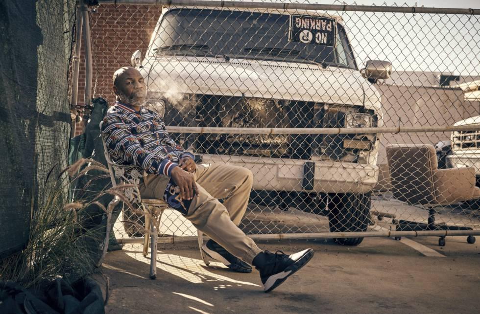 Mike Tyson descansa en el patio trasero de sus vecinos con chaqueta 'bomber' y pantalón Dolce & Gabbana y zapatillas Adidas.