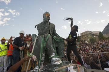 Estudiantes de Ciudad del Cabo (Sudáfrica), arreglando cuentas con el monumento a Cecil John Rhodes, de profesión esclavista.