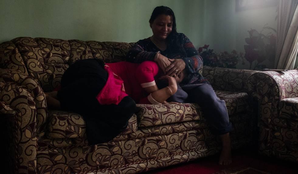 Sunita Danwuar (derecha), de 41 años, cubre la cara de T., de 30, ambas supervivientes del tráfico de personas. Las dos mujeres posan en la casa de Danwuar en Katmandú, capital de Nepal.