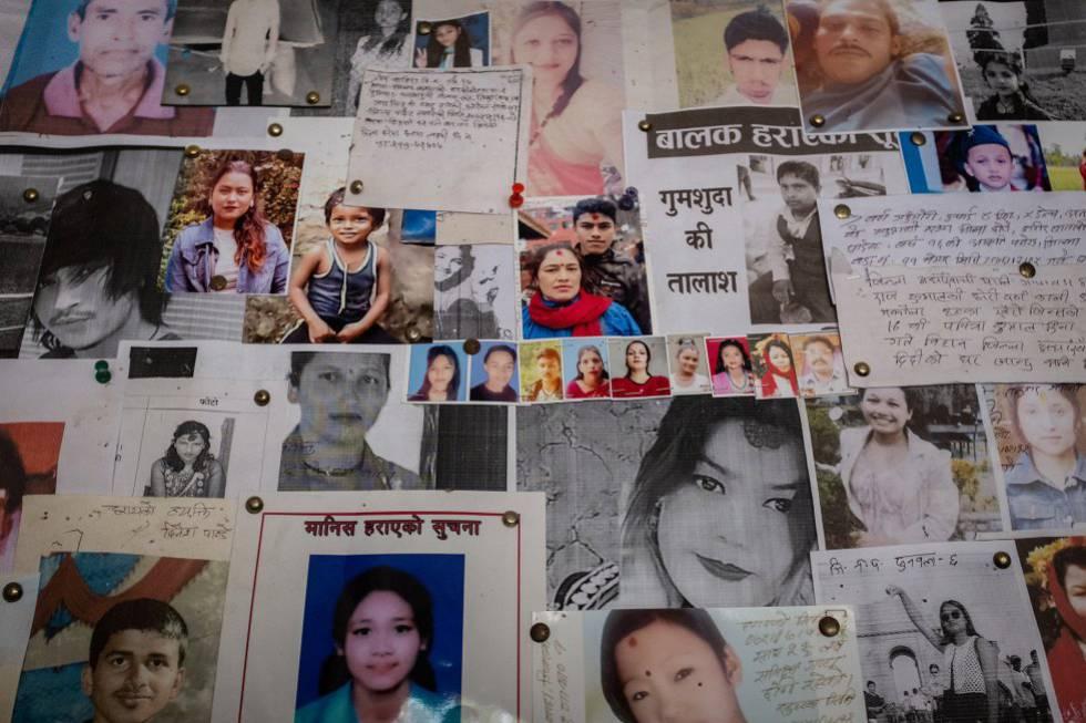 Fotos, mensajes y descripciones de hombres, mujeres y niños desaparecidos, muchos de ellos posiblemente víctimas del tráfico de personas, llenan un tablón de la comisaría de policía de la frontera entre Nepal e India en la ciudad nepalí de Bhairahawa.