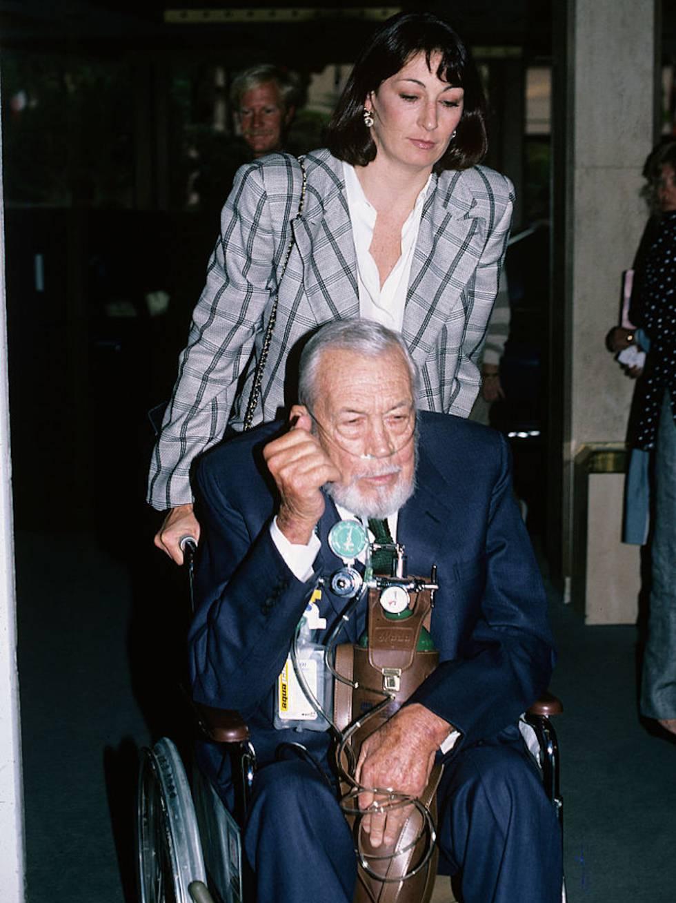 Anjelica Huston con su padre John Huston en 1986. Él fallecería un año después.