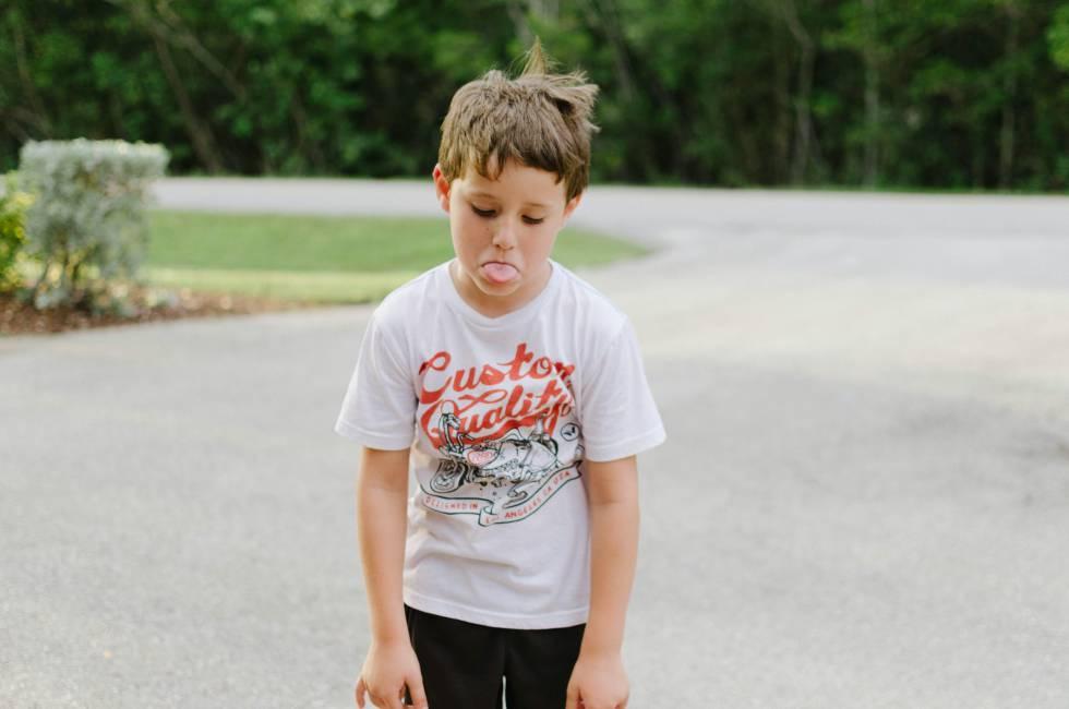 Un niño enfadado hace burla.