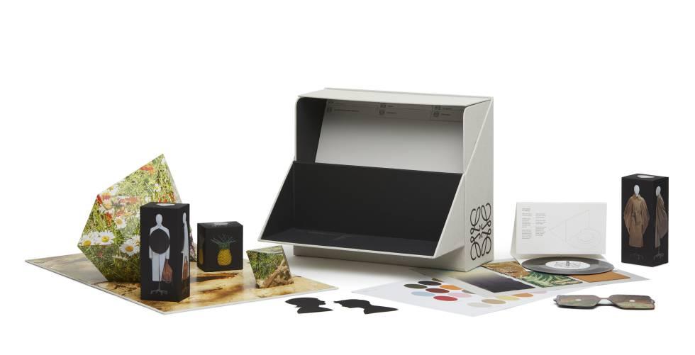Imagen del cofre archivador que incluye una versión portátil de la colección presentada digitalmente por Loewe en la Paris Fashion Week Online.