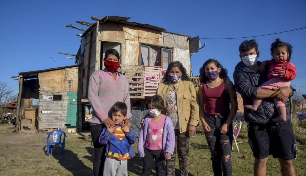 Una de las familias beneficiadas por el reparto de comida y de kits contra la covid-19.