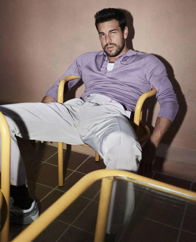 El actor gallego posa para Icon vestido de Boss. Las zapatillas son New Balance y los calcetines, Prada.