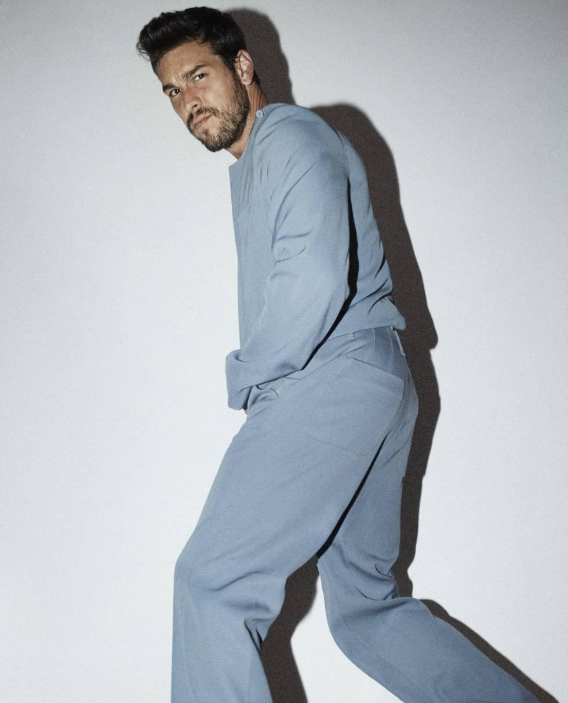 ¿Casas huyendo de una legión de enloquecidas fans? No, solo posa elegantemente vestido de Louis Vuitton.