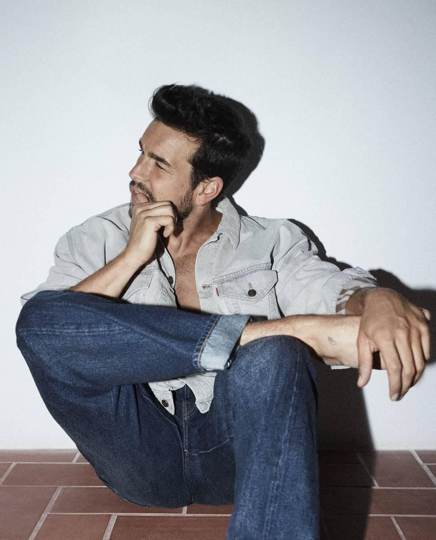 Vestido de Levi's, el actor espera impaciente el estreno el mes que viene de 'El practicante', en Netflix.