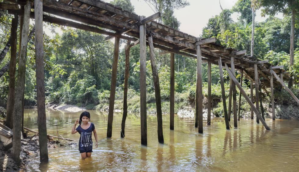 Aryana Adali se baña en el Tacana, uno de los miles de afluentes del Amazonas, en el resguardo indígena de Tikuna-Huitoto de Leticia (Colombia).