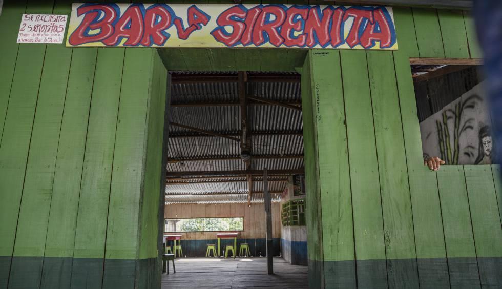 Un 'prostibar' de Caballococha, en la Amazonía peruana, frontera con Colombia y Brasil. En locales así se reúnen caciques y jefes de negocios de minería ilegal, narcotraficantes y madereros a los que traen a adolescentes de localidades cercanas, engañadas con promesas, para ejercer la prostitución.