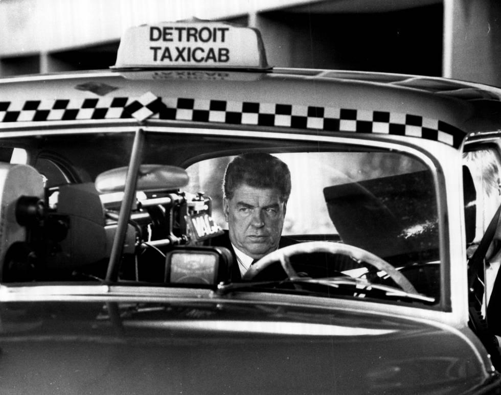 Chuck Daly, subido a un taxi para rodar un anuncio en Detroit a finales de los ochenta. No va a dejar propina.