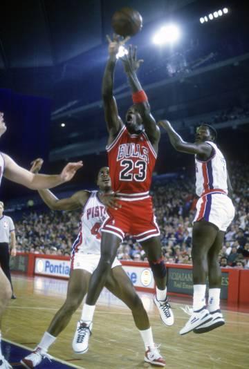 Michael Jordan, rodeado de jugadores de los Pistons en uno de sus míticos enfrentamientos de finales de los ochenta.