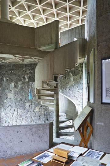 La escalera que comunica las zonas comunes de la casa, desde el despacho hasta el estudio de Gómez Gallardo.