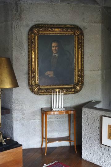 En la casa Moebius hay elementos que uno podría encontrar en un clásico hogar burgués, pero con la recia contemporaneidad del hormigón.