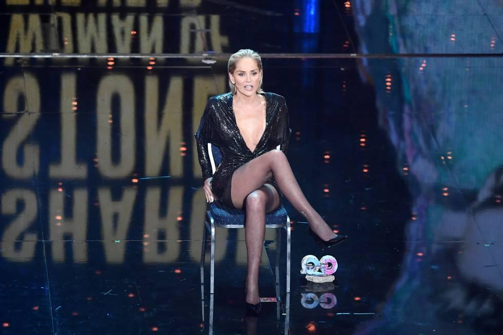 El cruce de piernas de Sharon Stone es, más que una escena cinematográfica, un hito cultural. Ella lo ha recordado y parodiado varias veces, entre ellas en esta fiesta de la revista masculina GQ en Berlín en 2019.