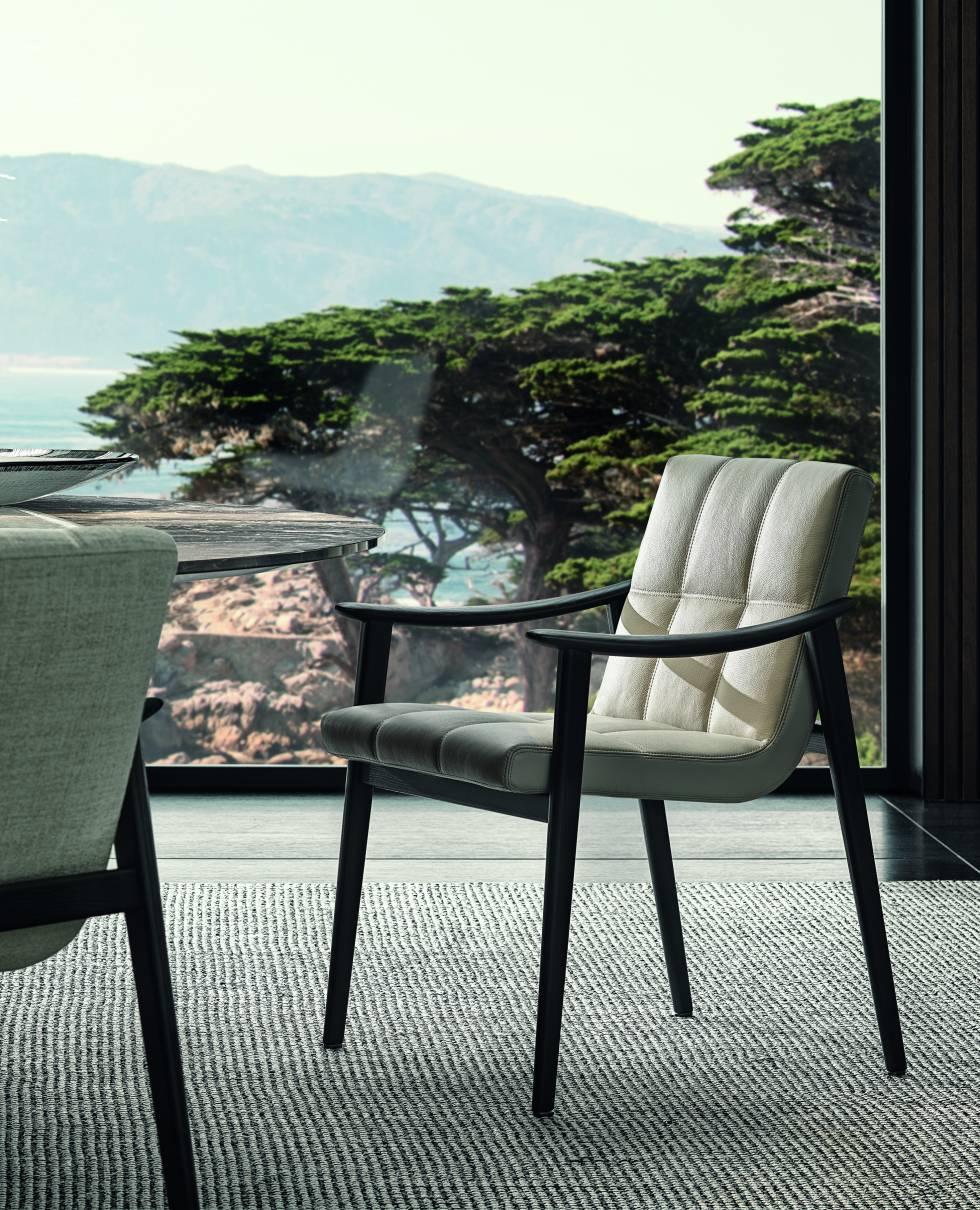 El sillón Fynn y los pequeños sillones presentan una estética ultraligera con una estructura simple en madera de fresno.
