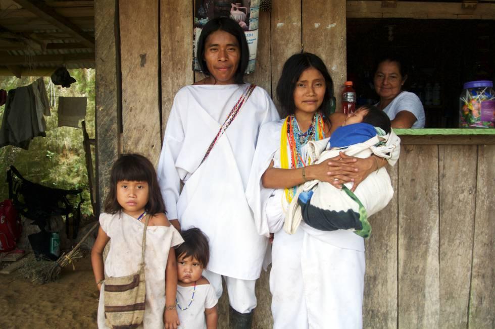 Una familia kogui baja a aprovisonarse a uno de los muchos kioscos de venta de bebidas y alimentos repartidos por la selva.