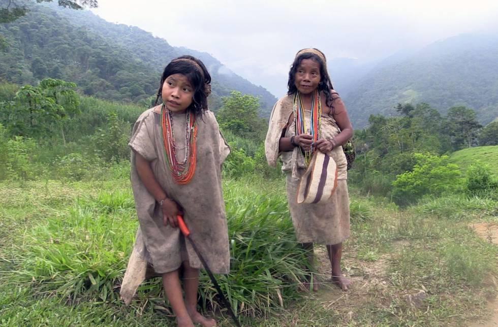 Una mujer y una niña kogui. Las mujeres koguis pasan el día tejiendo bolsa de fibras naturales.