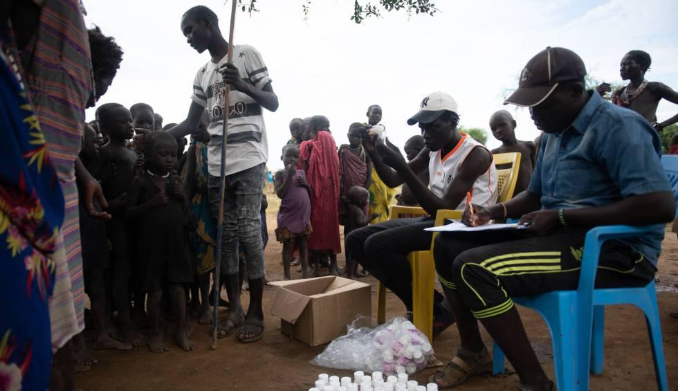 Un grupo de doctores revisa la medicación para el tracoma.
