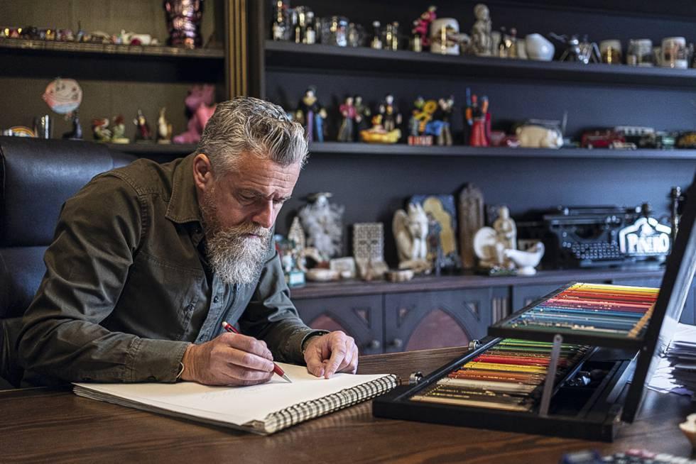 Piñero realiza un boceto en su despacho.
