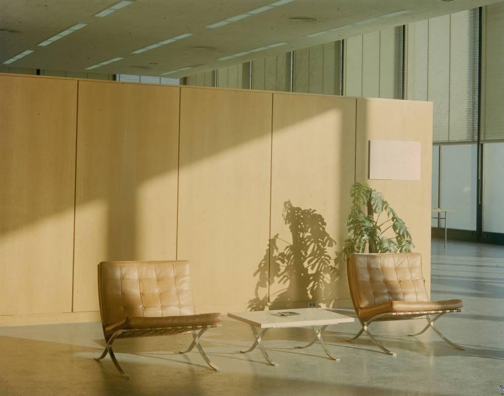 Dos sillas Barcelona en la entrada del S. R. Crown Hall, que alberga el Instituto de Tecnbología de Illinois, en Chicago.