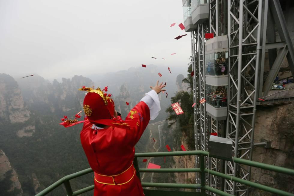 En el elevador de los Cien Dragones en China, encima de asustarte con la altura, un señor te tira cosas.