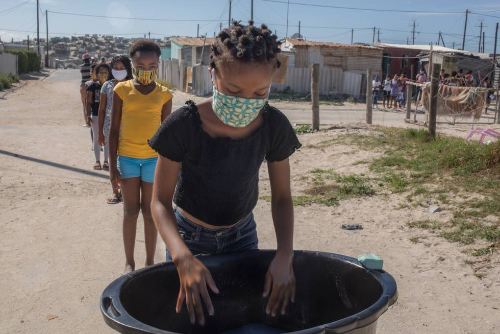 La mitad de los hogares sudafricanos tiene dificultad para alimentarse. La pandemia ha ahogado aún más una economía que, además de ser una de las sociedades más desiguales del mundo, ya estaba en una situación complicada antes de la entrada del nuevo coronavirus.