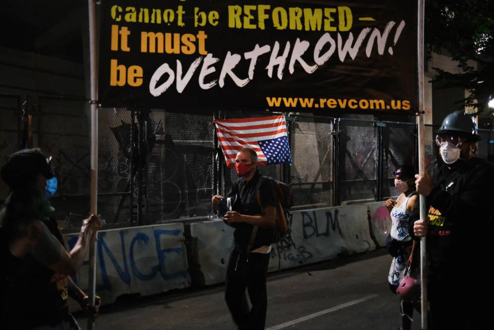 El cartel lo resume todo perfectamente: el sistema no puede reformarse, debe derrocarse.