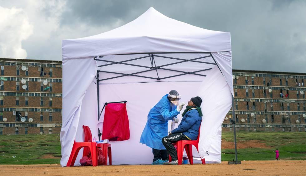 Un sanitario realiza la prueba para detectar el coronavirus a las puertas de una residencia en Johannesburgo, Sudáfrica.