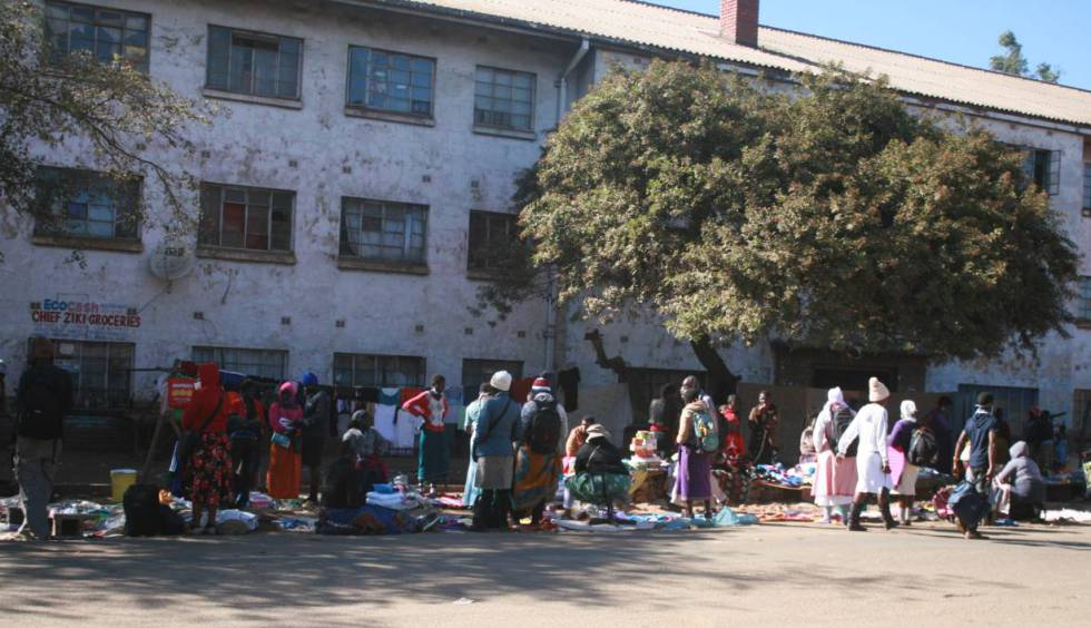 Un grupo de vendedores ambulantes en las calles de un suburbio en Harare (Zimbaue) el pasado mayo.