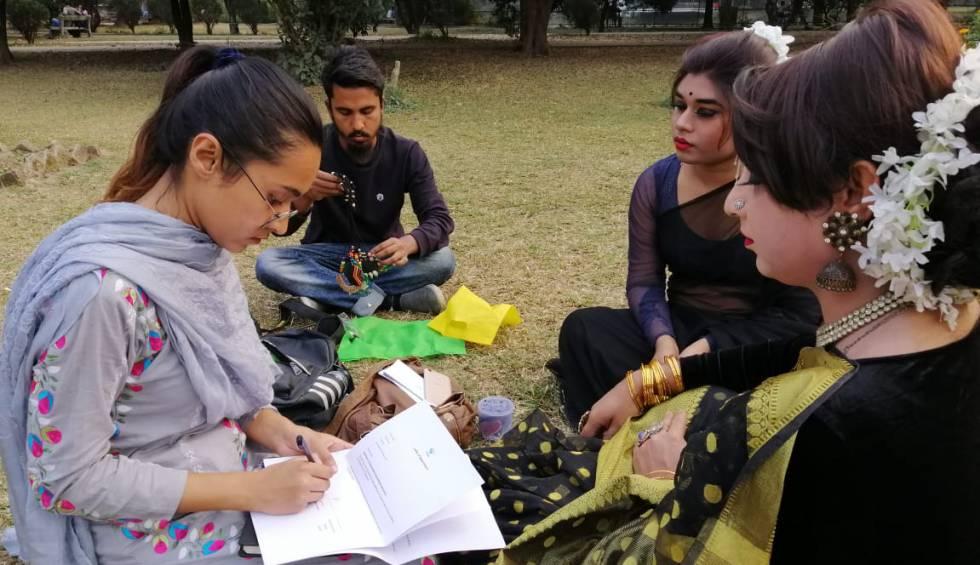 Lamea Tanjin Tanha, a la izquierda, realiza una encuesta entre un grupo de transexuales en Dacca (Bangladés).