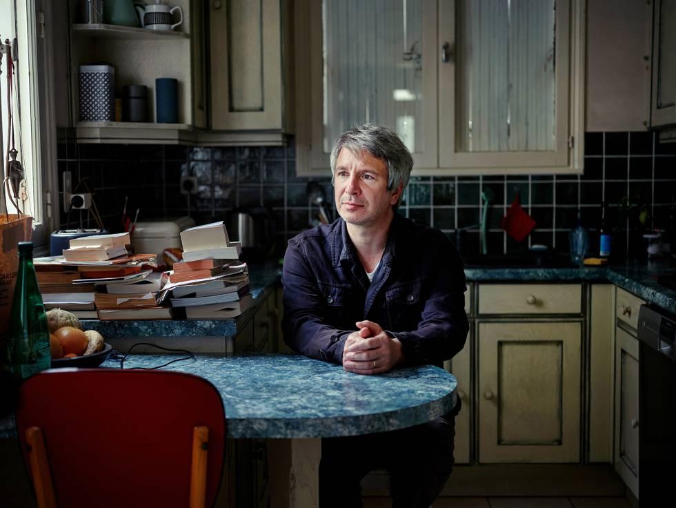 Éric Vuillard en la cocina de su casa.