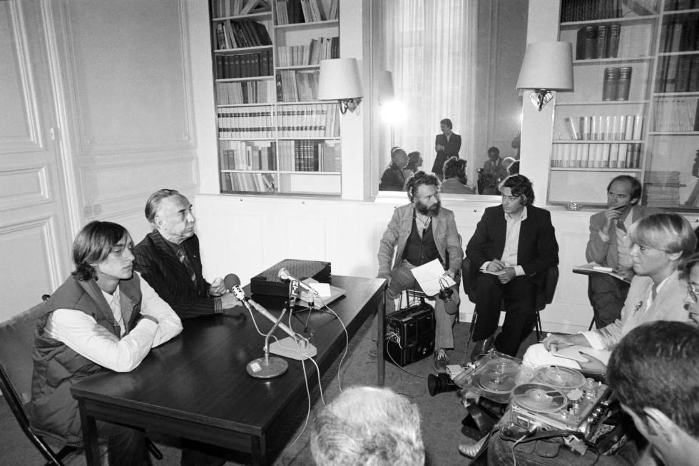Romain Gary exmarido de Jean Seberg, y Alexandre Diego Gary, el hijo de la pareja, dan una rueda de prensa en París el 10 de septiembre de 1979 tras la muerte de Seberg.