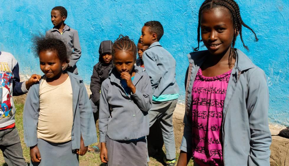 Tres alumnas de la escuela primaria Tigil Fire durante el recreo, en Dessie (región de Amhara).