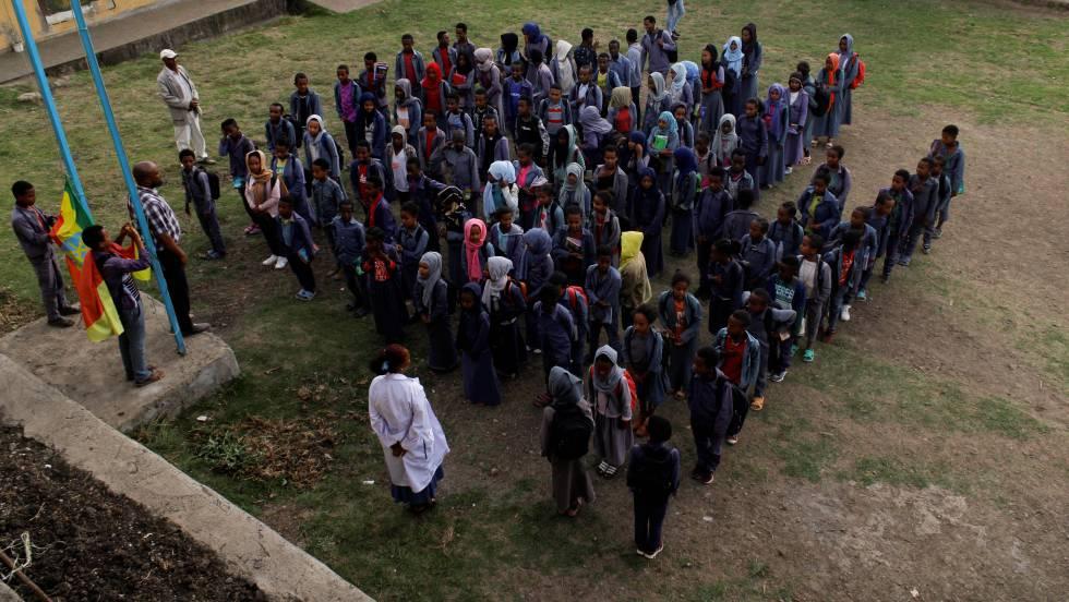 El alumnado de la escuela primaria Sefere Selam termina la jornada escolar tras cantar el himno nacional, en Dessie (región de Amhara).