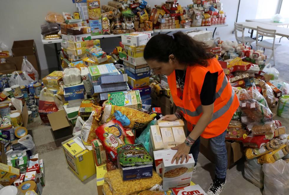 Una voluntaria recoge alimentos y productos básicos en Nicosia, Chipre, para enviar a Beirut.