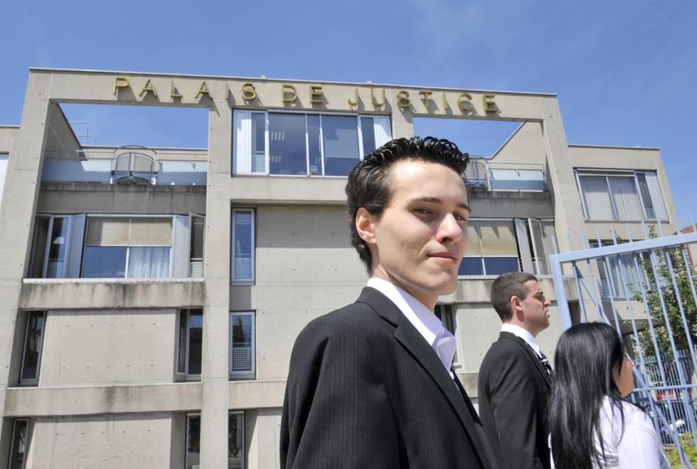 En 2010, cuando contaba con apenas 23 años, Francois Cousteix logró 'hacker' a cuenta de Twitter de Brack Obama. Lo pillaron. Aqui, satisfecho de su obra antes de declarar ante el juez en la localidad francesa de Clermont-Ferrand.